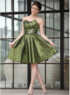 A-Line/Princess Scalloped Neck Knee-Length Taffeta Homecoming Dress With Ruffle Beading (016026253)