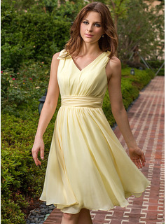 A-Line/Princess V-neck Knee-Length Chiffon Bridesmaid Dress With Ruffle Bow